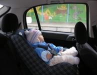 En verano no se puede dejar a ningún niño solo dentro del Auto.